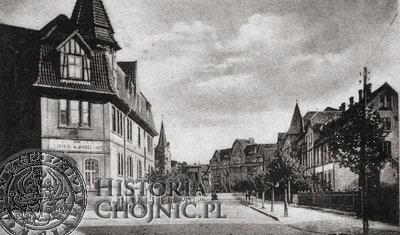 Ulica Dworcowa ok. 1924. Po lewej stronie budynek nowo powstałej Szkoły Handlowej.